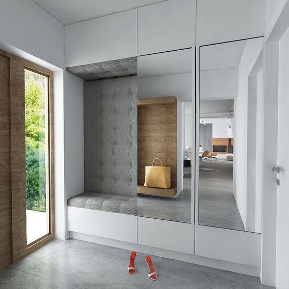 Прихожая с мягкой стеной и сидушкой. двери с зеркалами