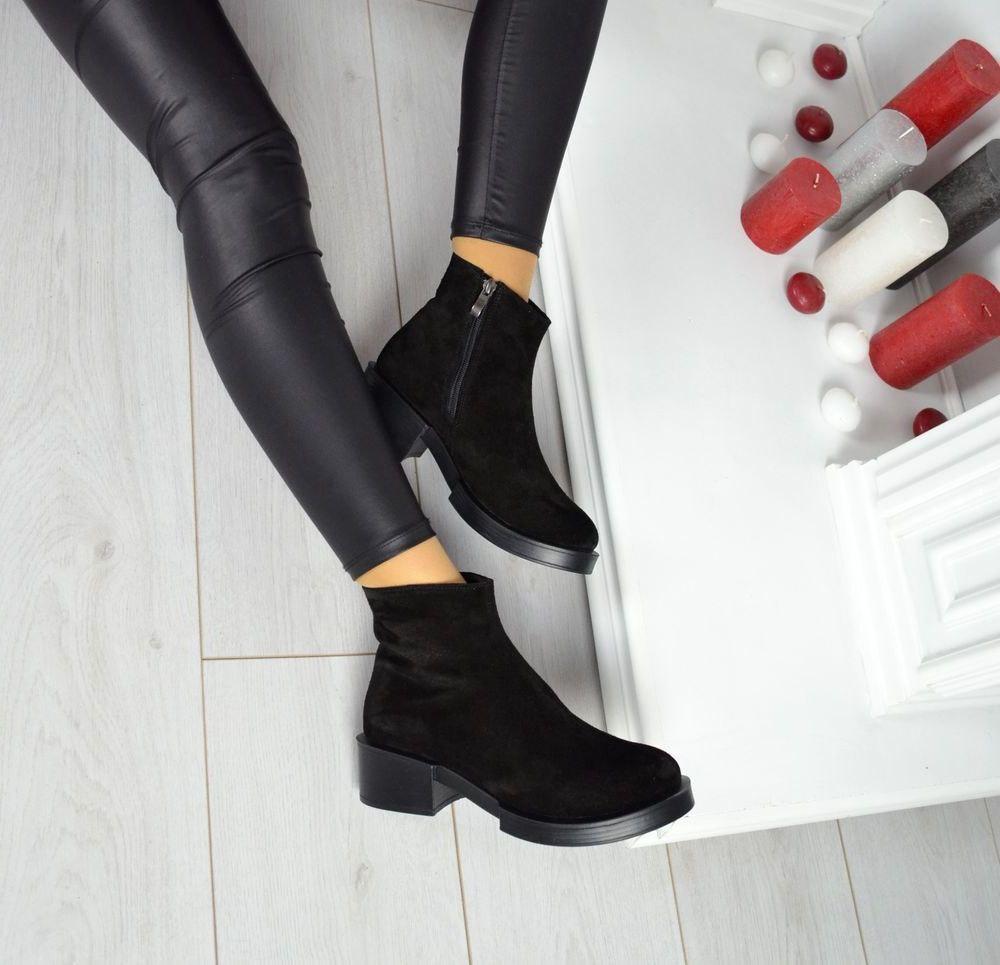 Демисезонные замшевые черные ботинки на удобном каблуке