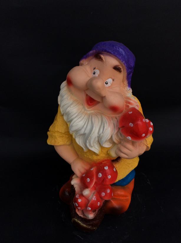 Садовая фигура гном с мешком грибов
