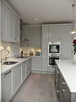 Кухня под заказ с фрезерованными фасадами под 90 градусов  карнизом и островом
