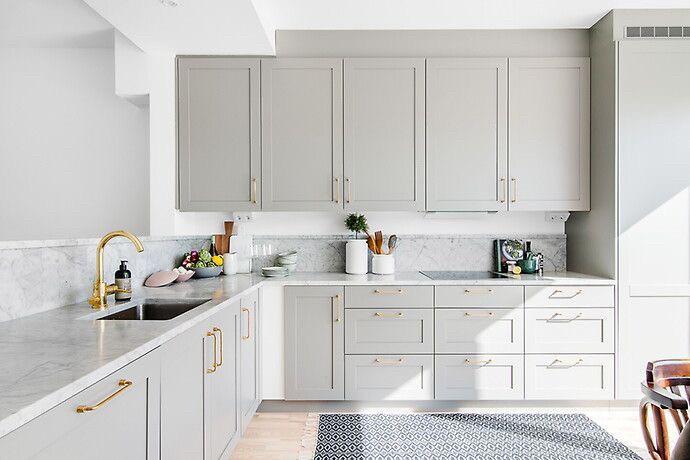 Кухня под заказ с фрезерованными фасадами под 90 градусов и золотыми ручками