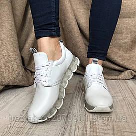 Женские кожаные кроссовки белого цвета на оригинальной подошве