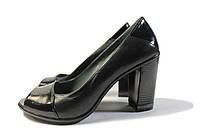 Женские туфли на высоком устойчивом каблуке.