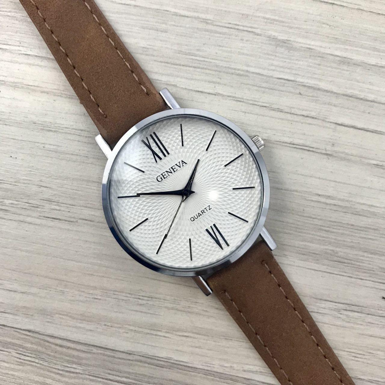 Наручные женские часы Geneva серебро с цифрами кожзам коричневый
