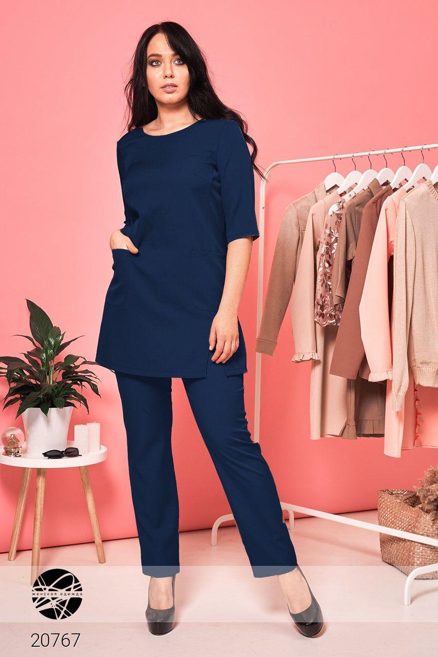 Брючный костюм с удлиненной блузой темно-синего цвета. Модель 20767. Размеры 48