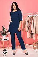 Брючный костюм с удлиненной блузой темно-синего цвета. Модель 20767. Размеры 48, фото 1