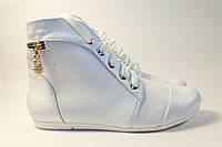 Женский весенний ботинок, изготовлен из белой натуральной кожи.
