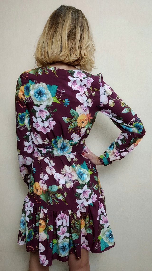 Женское короткое платье с рюшей и поясом
