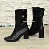 Женские демисезонные кожаные ботинки, декорированы ремешком и фурнитурой, фото 3