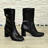 Женские демисезонные кожаные ботинки, декорированы ремешком и фурнитурой, фото 4