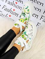 Кроссовки женские белие с цветами