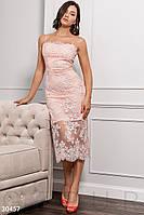 Красивое платье миди облегающее кружевное на бретелях пудрового цвета