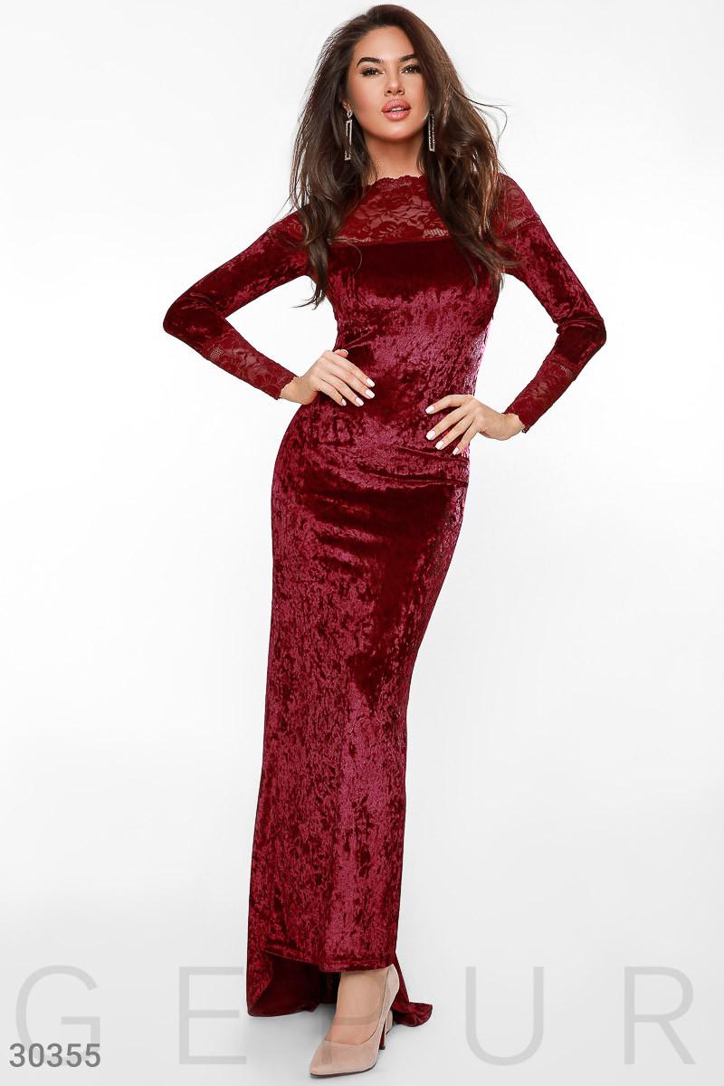 Модное платье в пол по фигуре бархатное к низу расклешенное с кружевными вставками длинный рукав темно красное