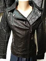 Весенняя женская куртка косуха с оригинальным рукавом.