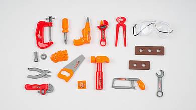 Набор инструментов. В наборе 18 деталей. Дрель: очки: молоток: ключи: отвертка
