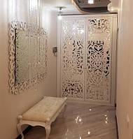 Шкаф с резным узором на зеркале