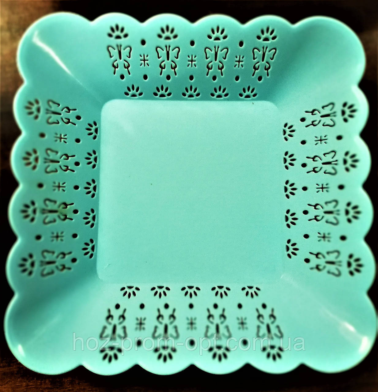 Тарелка квадратная с ажурным краем, пластик.