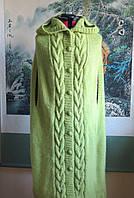 Вязаное спицами теплое длинное пончо на пуговицах «Зеленый листок» с капюшоном и прорезями для рук.