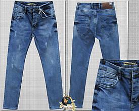 Джинсы мужские зауженные слим голубого цвета с потёртостями