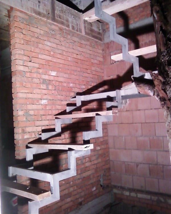 """Металлический каркас на косоурах для """"прозрачной"""" лестницы"""