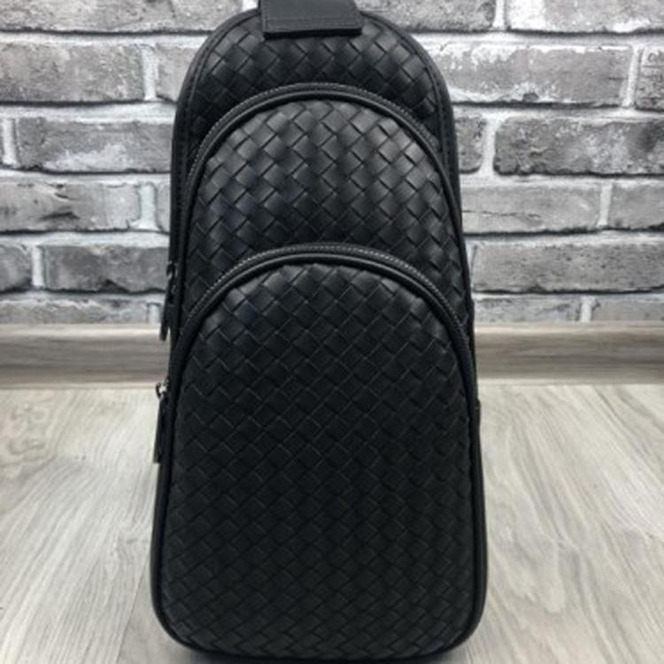 Трендовая кожаная женская сумка бананка Bottega Veneta черная через плечо слинг унисекс Боттега Венета реплика