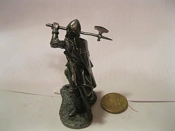 Фігурка ФІГУРА статуетка сувенір лицар воєн з топірцем у плащі сплав олова метал 6см