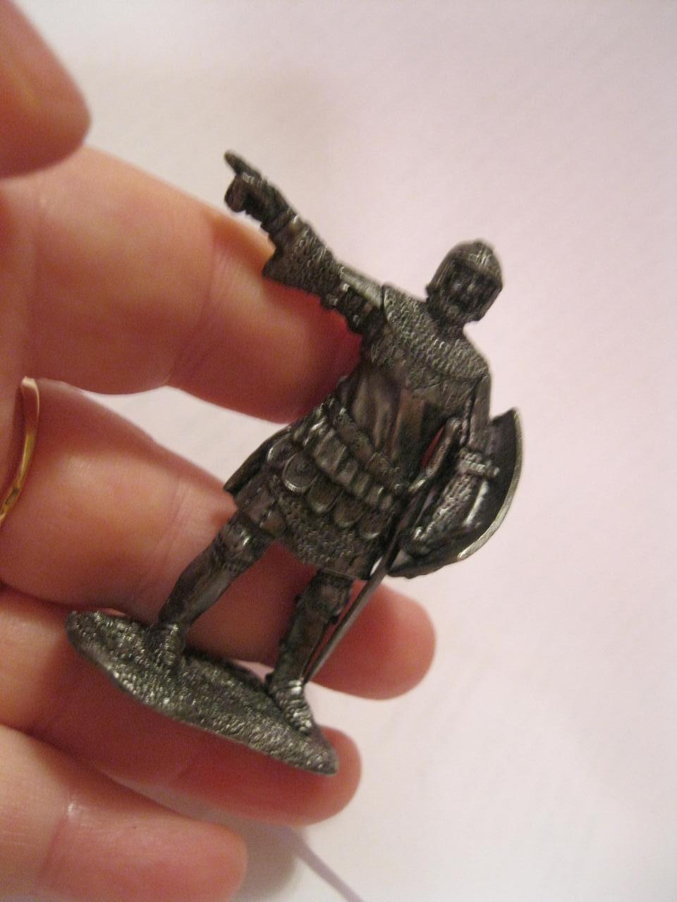 Фигурка статуэтка английский ВОИН рыцарь солдат металл сплав олова в доспехах  щит и меч
