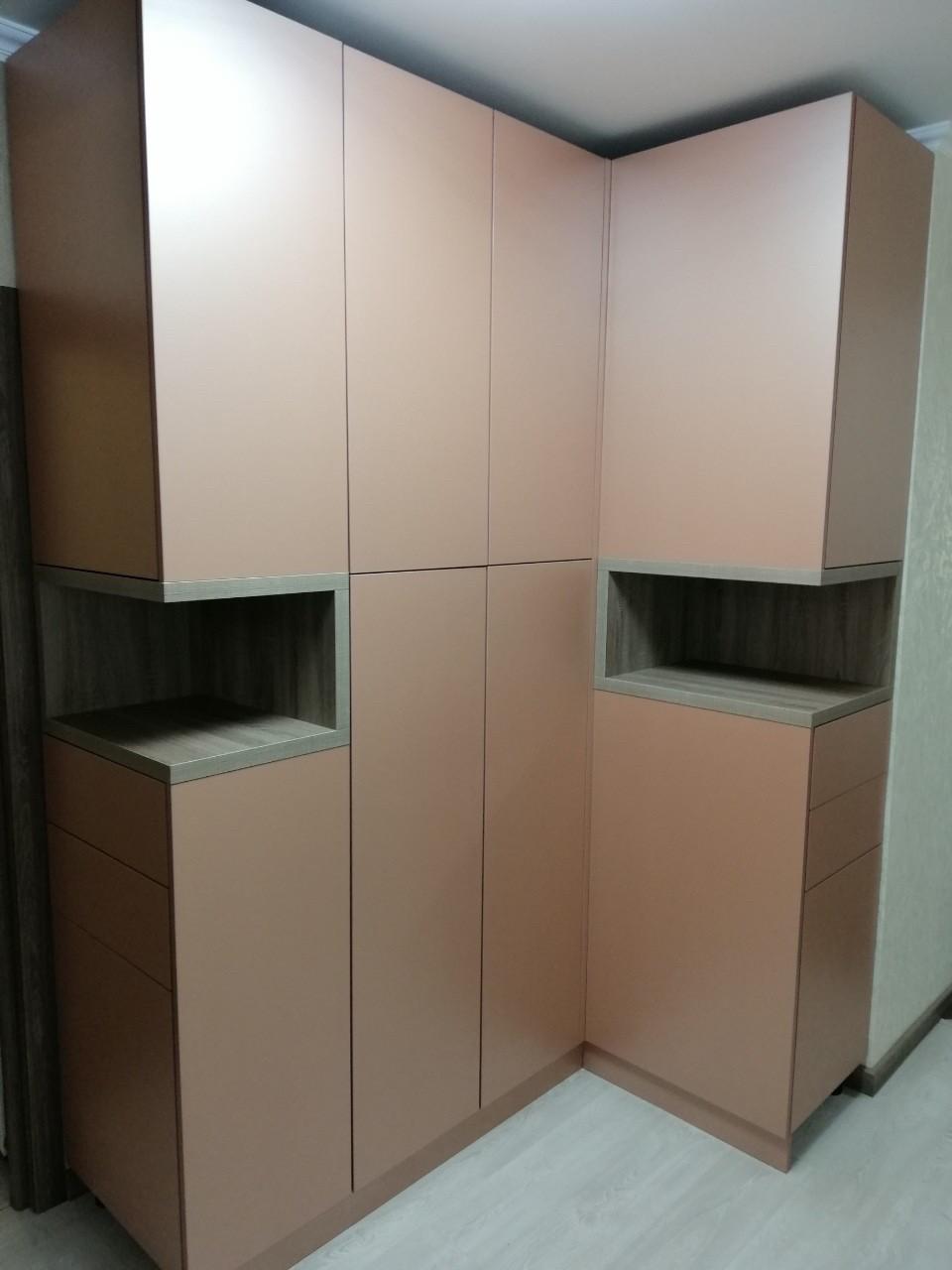 Шкаф угловой в коридор с фасадами без ручек blum tip-on система. Новинка 2019