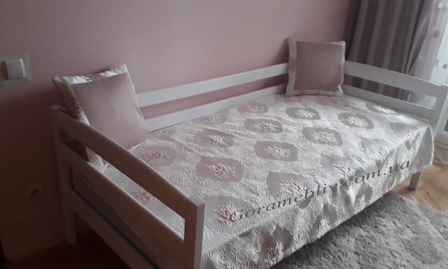 """На фото: деревянная кровать """"Нота"""" белого цвета в интерьере."""