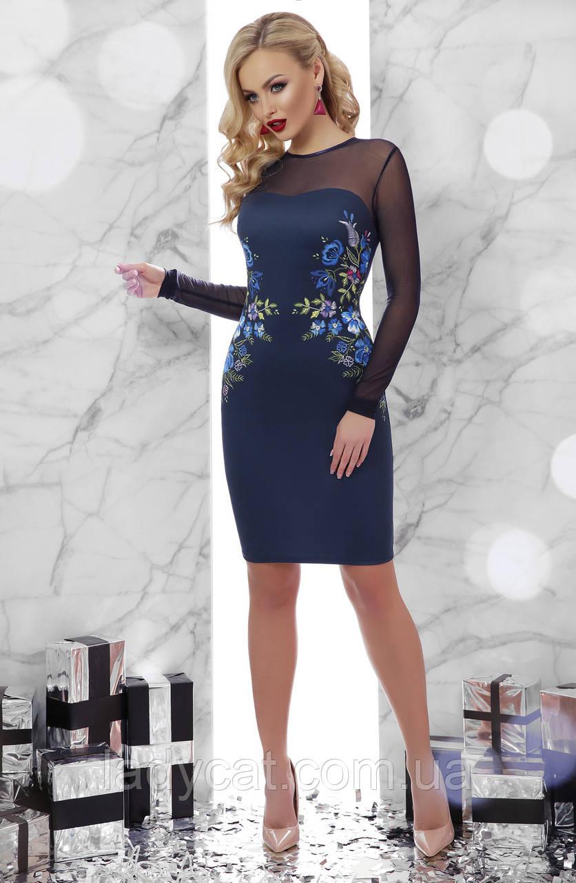 Синее платье облегающего кроя ,верх платья и рукава из сеточки синего цвета по бокам украшенопринтом в виде