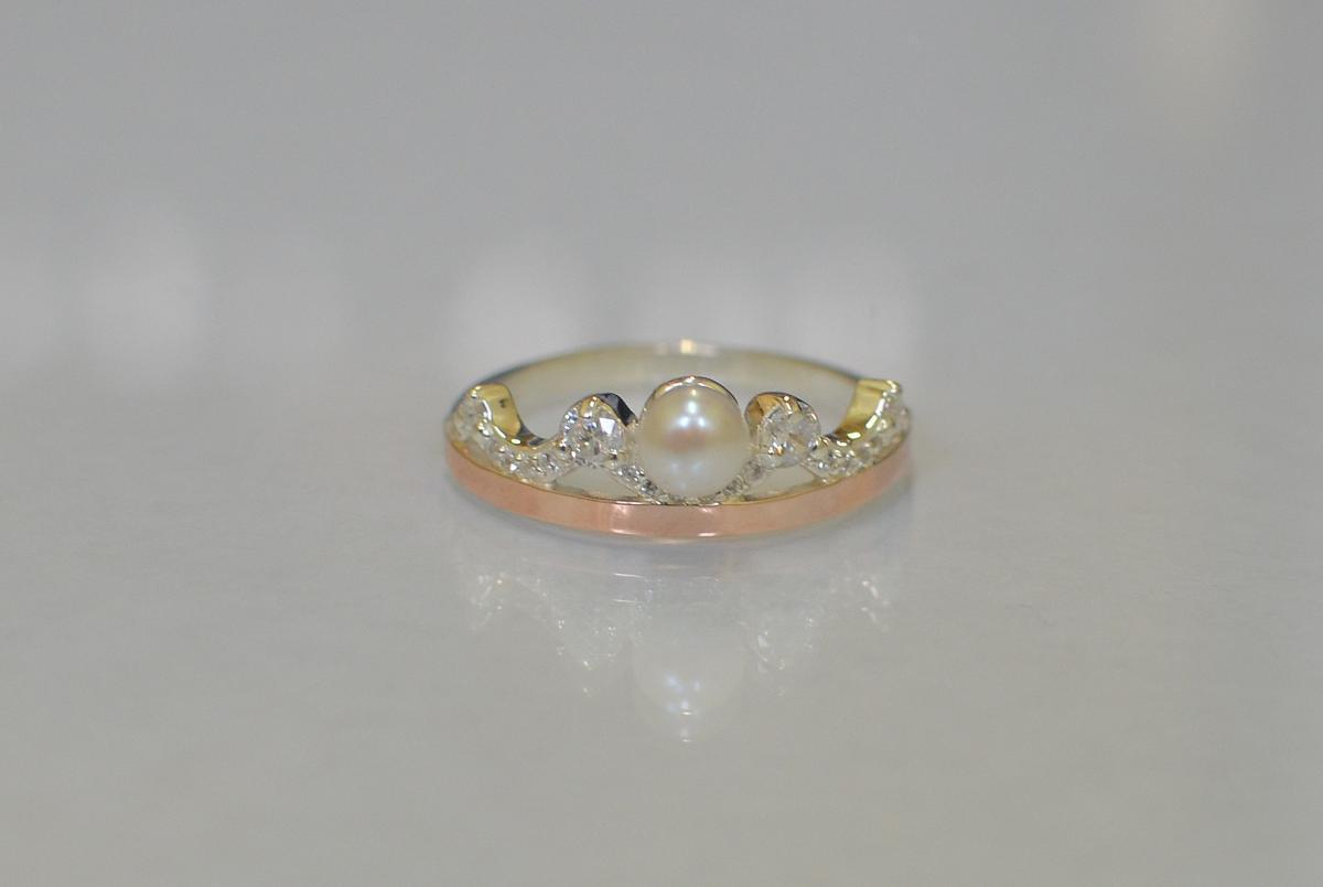 Серебряное кольцо Корона с жемчугом и золотыми пластинами