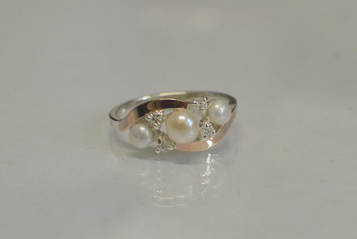 Серебряное кольцо с жемчугом и золотыми пластинами