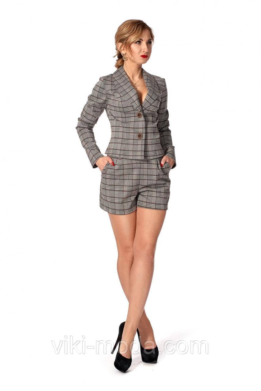 Женский костюм-двойка состоит из жакета и шорт