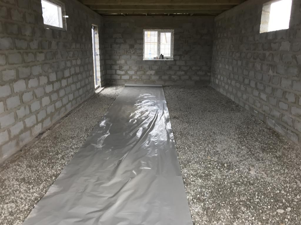 Подсыпка щебнем, настил плёнки для избежания потери влаги из бетона во время его укладки.