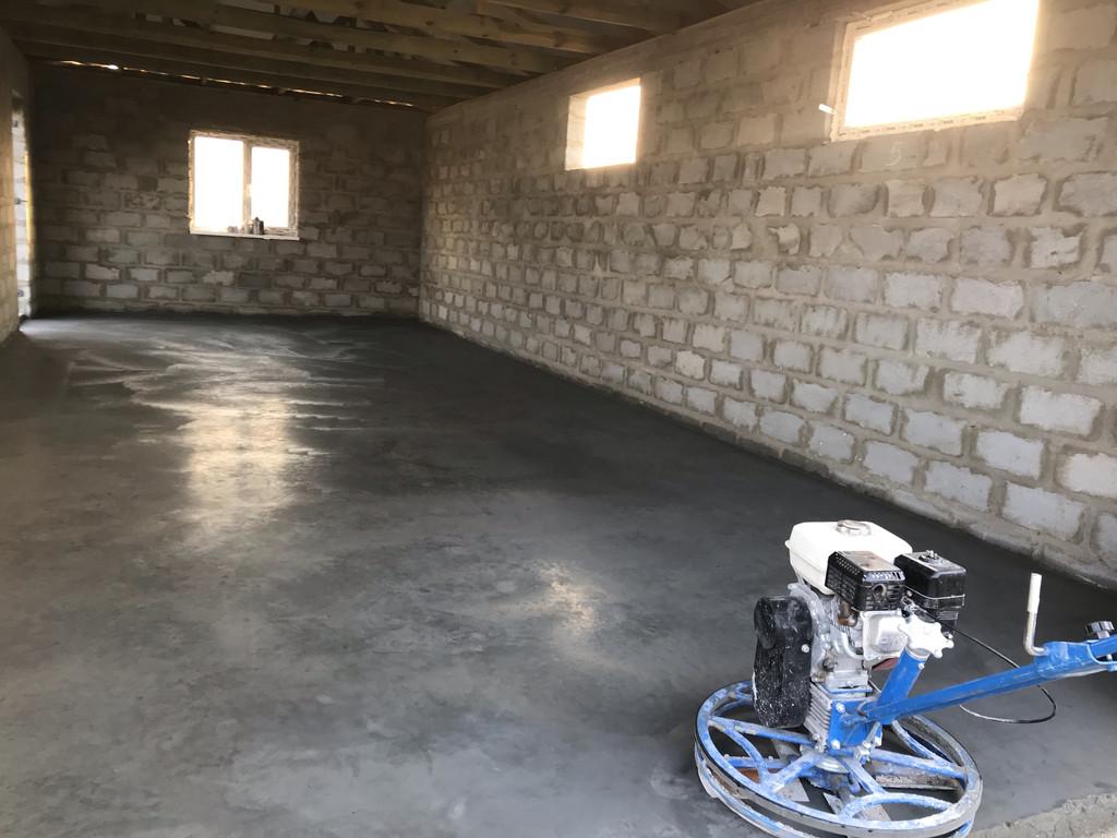 Шлифовка завершена. Нанесение второго слоя пропитки, который заодно является влагоудерживающим и даёт спокойно набирать прочность бетону, не переживая за избыточную потерю влаги.