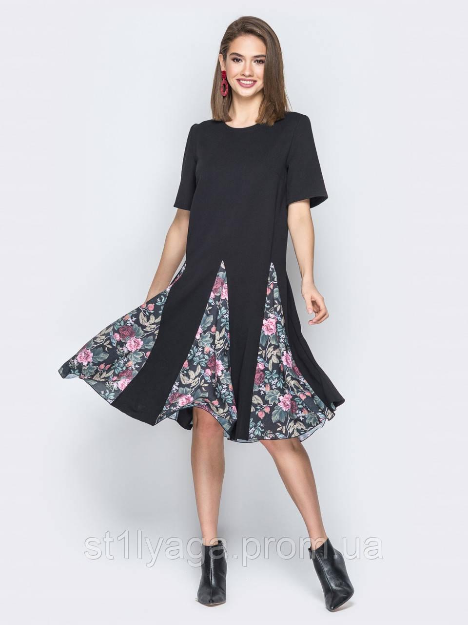 Платье повседневное с цветочными вставками на юбке и короткими рукавами черное