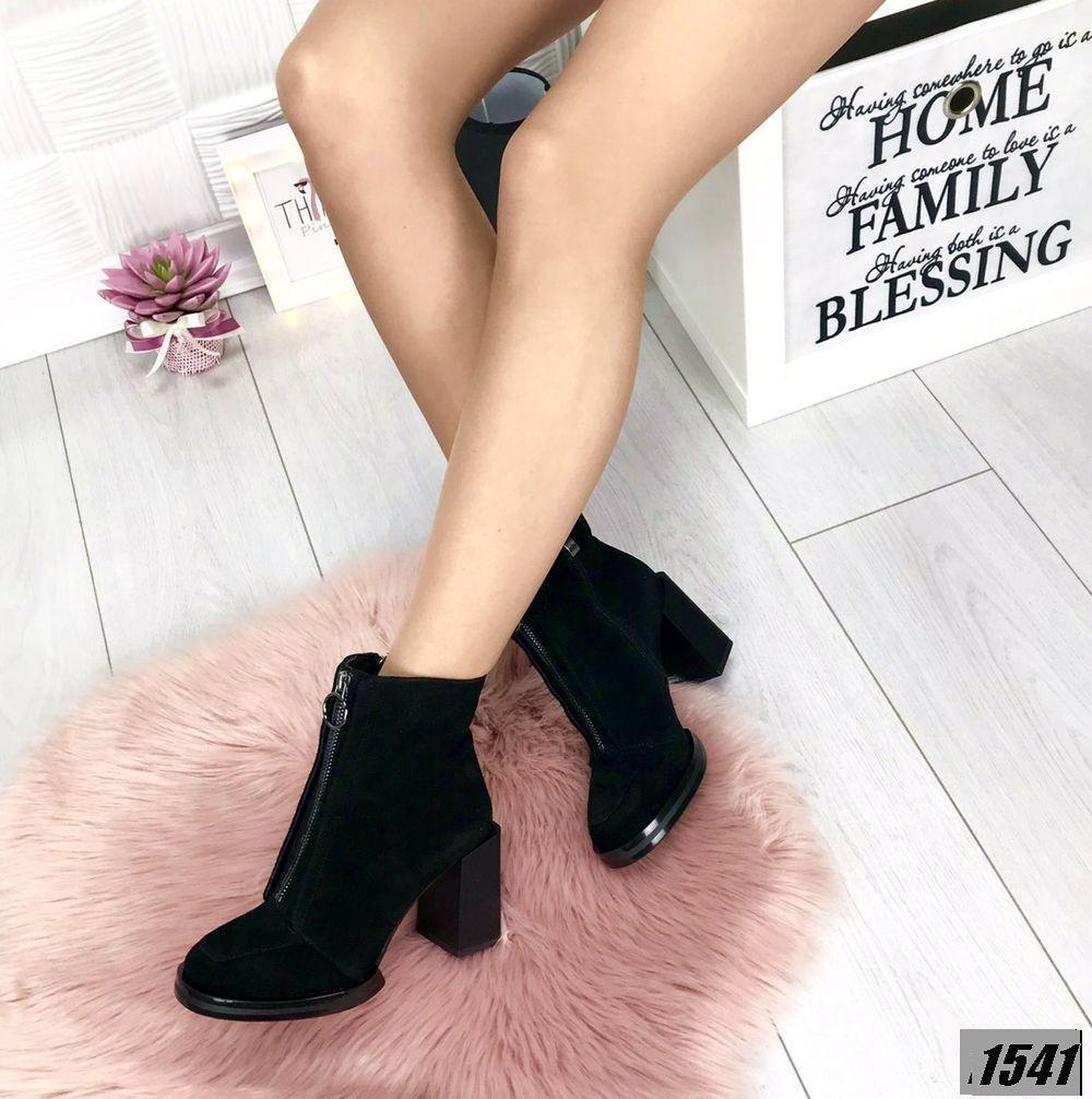 Демисезонные замшевые черные ботинки на каблуке
