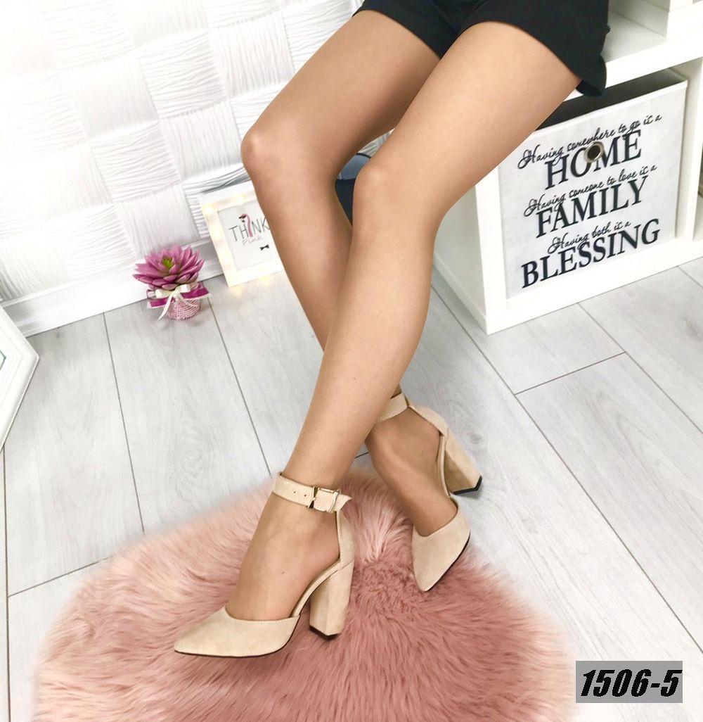 Туфли замшевые бежевые на каблуке с ремешком на щиколотке