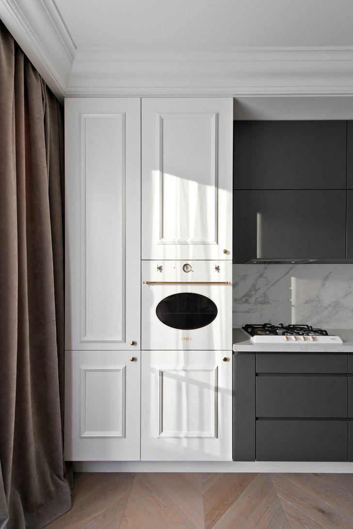Белая кухня с фасадами без ручек и тумбами графит матовый