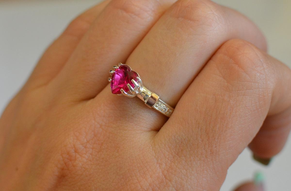 Серебряное кольцо Сердце в руках с золотыми пластинами