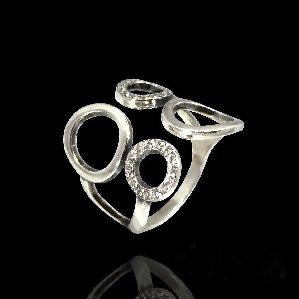 Широкое серебряное кольцо с фианитами