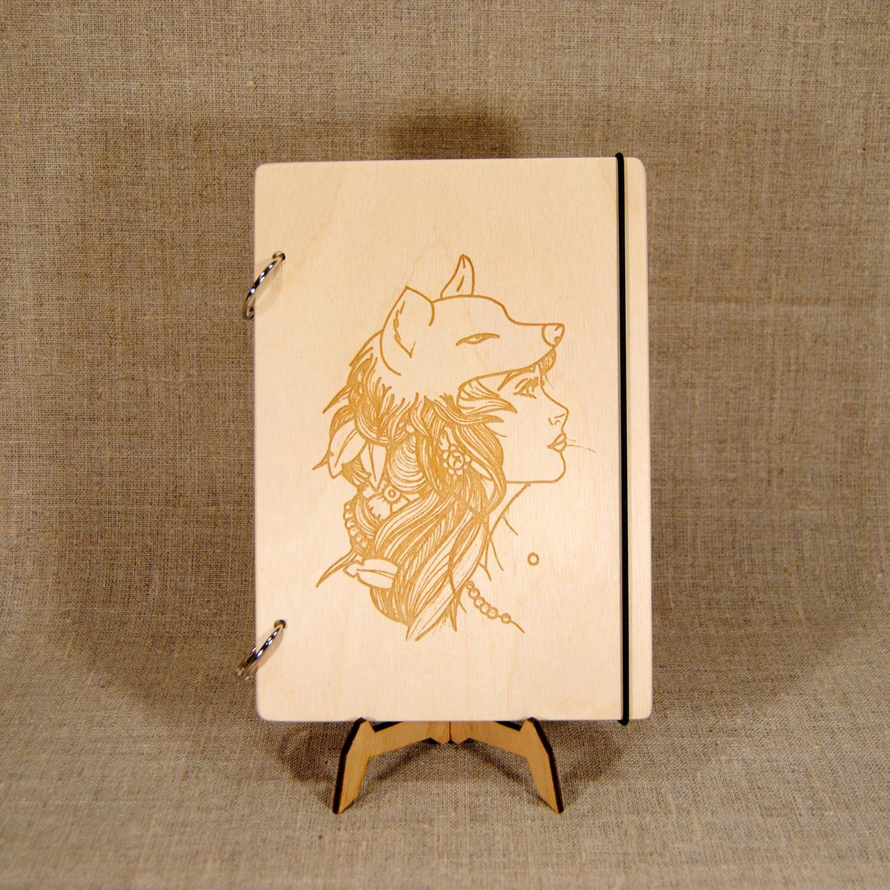 Деревянный блокнот M (А5 формат). Скетчбук Девушка с маской Волк. Блокнот с деревянной обложкой.