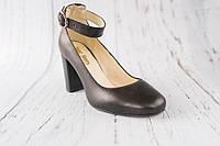 Шкіряні жіночі туфлі на каблуку з ремушком