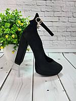 Женские туфли на каблуке с высокой пяткой и ремешком вокруг ноги из черной замши.