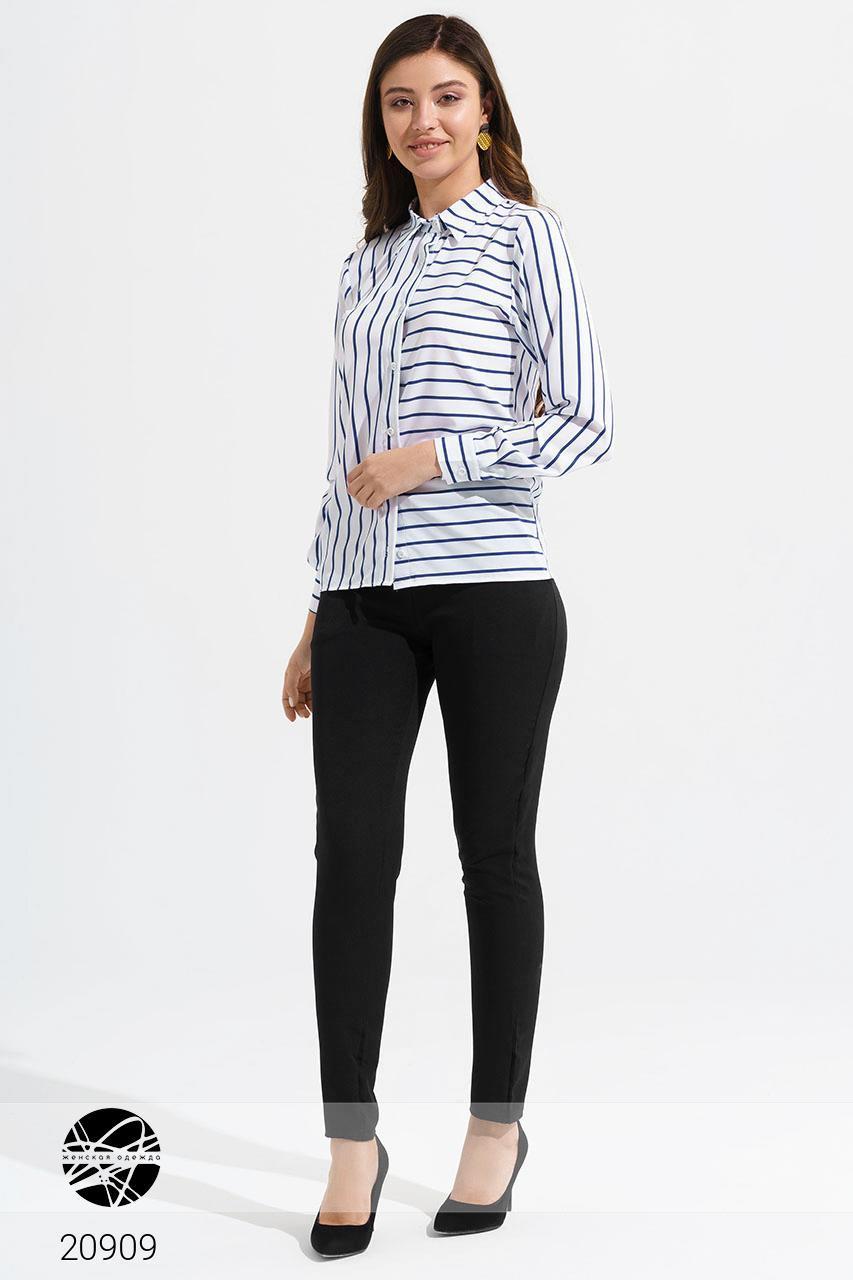 Стильный женский деловой брючный костюм: рубашка в полоску и зауженные брюки с ремешком