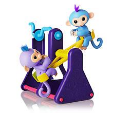 Игровой набор WowWee Fingerlings обезьянки на качелях.