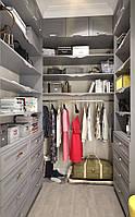 П-образная гардеробная комната серая с фасадами мдф на ящиках