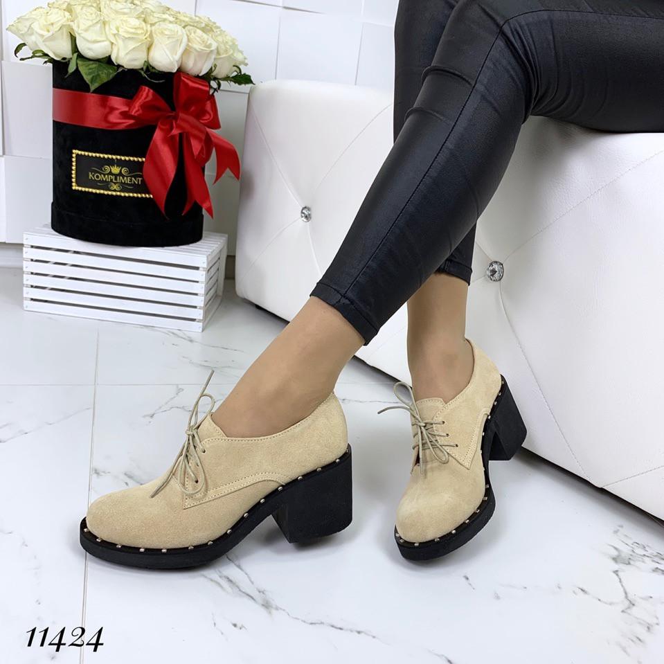 Женские замшевые бежевые туфли на широком каблуке