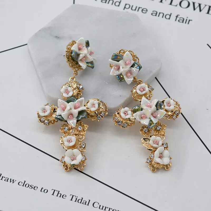 Серьги белые кресты с цветочками Дольче Габанна (Dolce&Gabanna)