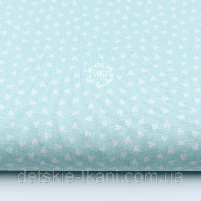 """Хлопковая ткань """"Вытянутые мини-сердечка"""" белые на мятном (№2051)"""